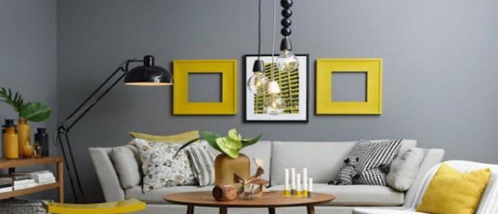 Sala cinza com quadros amarelo