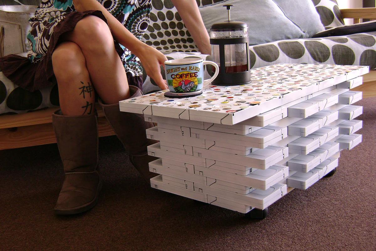Mesinha de centro feita com fitas VHS