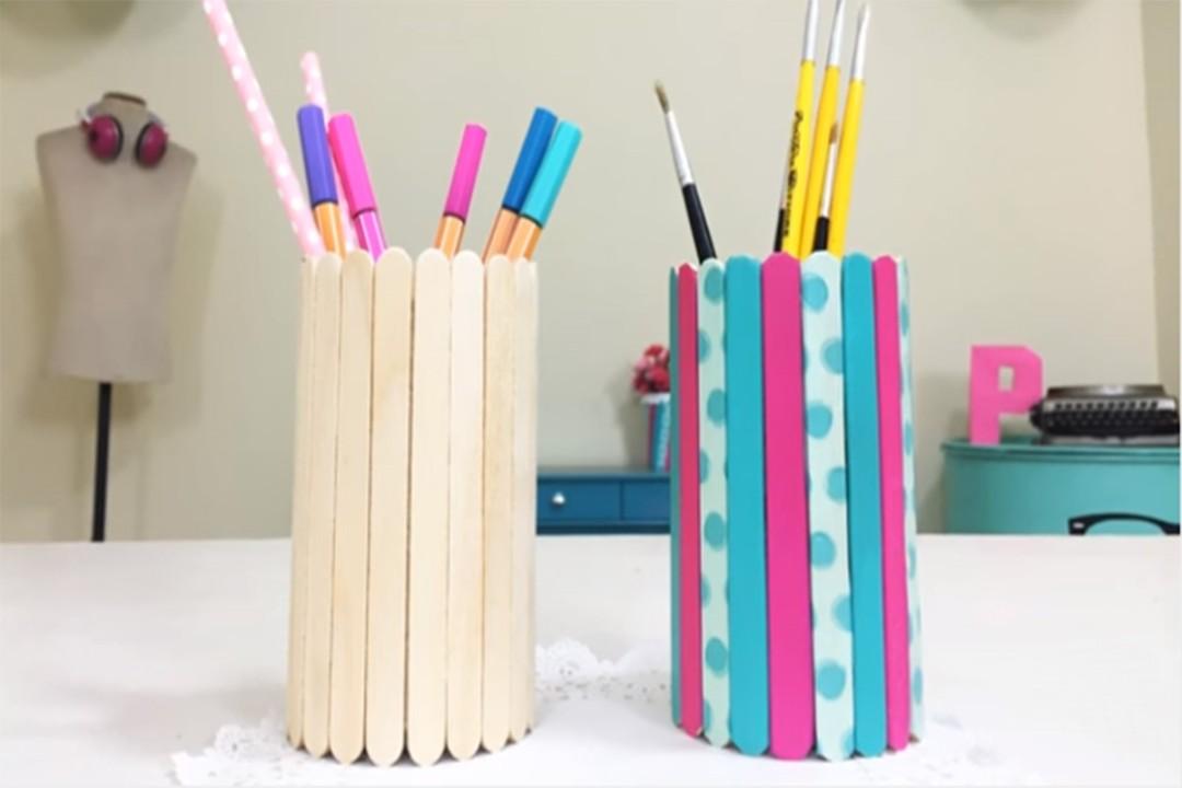 Porta-lápis feito com latinha de refrigerante e palitos de picolé