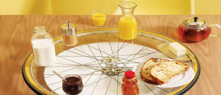 Mesa giratória feita com roda de bicicleta