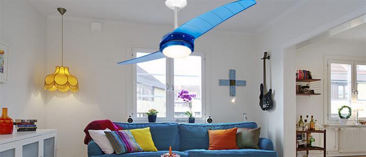 Sofá azul com ventilador azul
