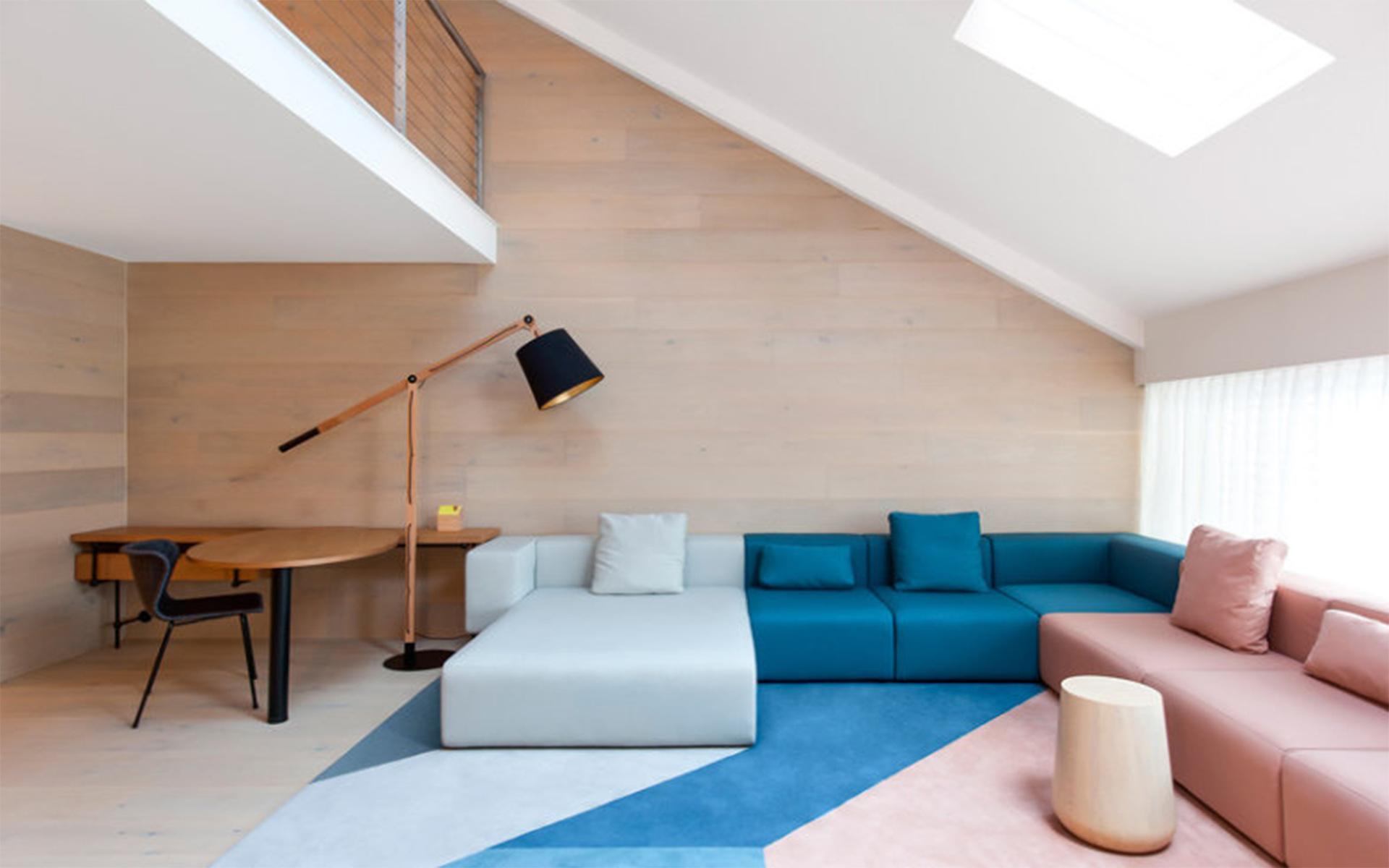 Sofá da mesma cor do tapete
