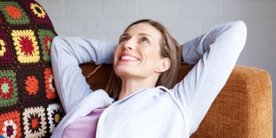 Ventilador de teto Spirit - Blog Myspirit - Mulher descansando no sofá tranquilamente - cor verde na decoração