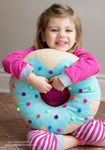 Criança com almofada de donuts