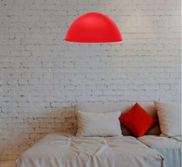 Lustre pendente vermelho em quarto branco