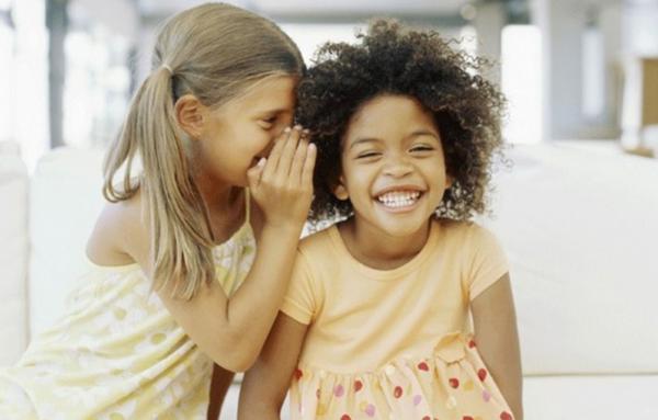 Ventiladores e luminárias Spirit - Blog Myspirit - crianças brincando de telefone sem fio - brincadeiras para o Dia das Crianças