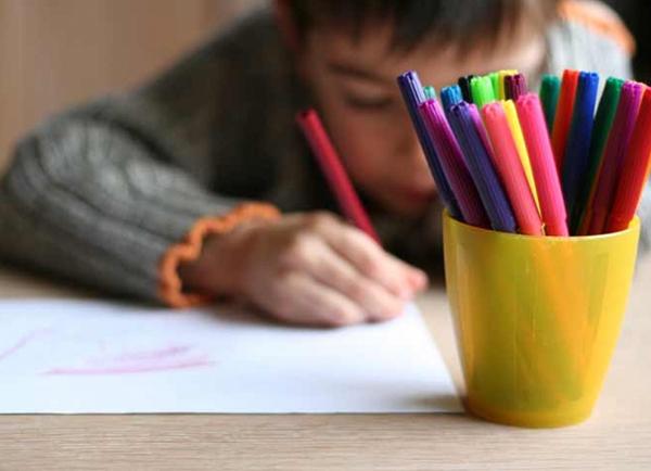 Ventiladores e luminárias Spirit - Blog Myspirit - criança desenhando - brincadeiras para o Dia das Crianças
