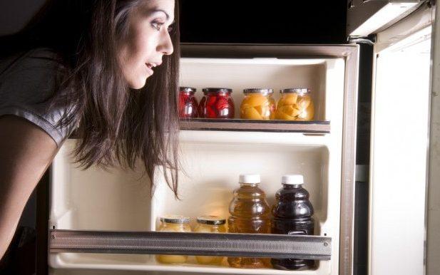 ventilador de teto Spirit - Blog Myspirit - mulher abrindo a geladeira - como economizar energia