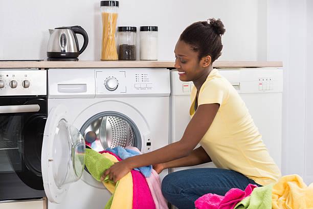 ventilador de teto Spirit - Blog Myspirit - mulher colocando roupa na máquina de lavar - como economizar energia