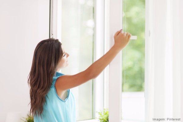 Venntiladores e luminárias Spirit - Blog Myspirit - mulher abrindo a janela - dicas para encarar os dias quentes