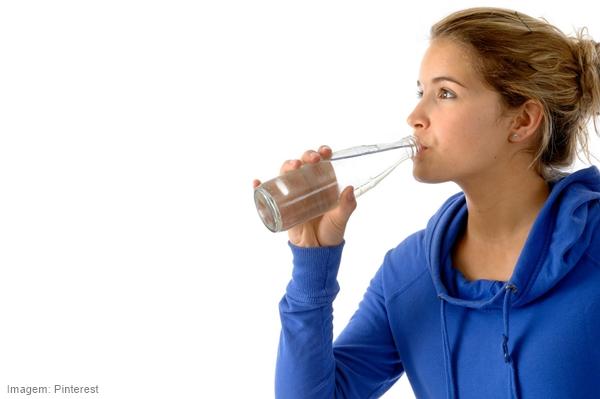 Ventiladores e luminárias Spirit - Blog Myspirit - mulher bebendo água - dicas para encarar os dias quentes
