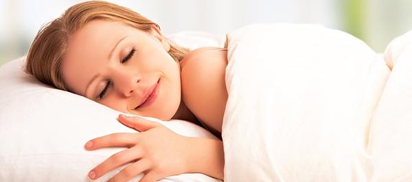 Ventiladores e luminárias Spirit - Blog Myspirit - mulher dormindo - dormir com o ventilador de teto ligado