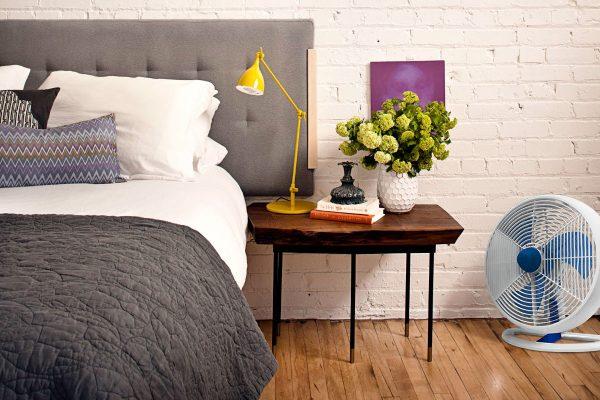 Ventilador de Mesa Maxximos Azul num quarto